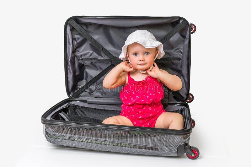 Lycklig inre resväska för liten unge som isoleras på vit arkivbilder