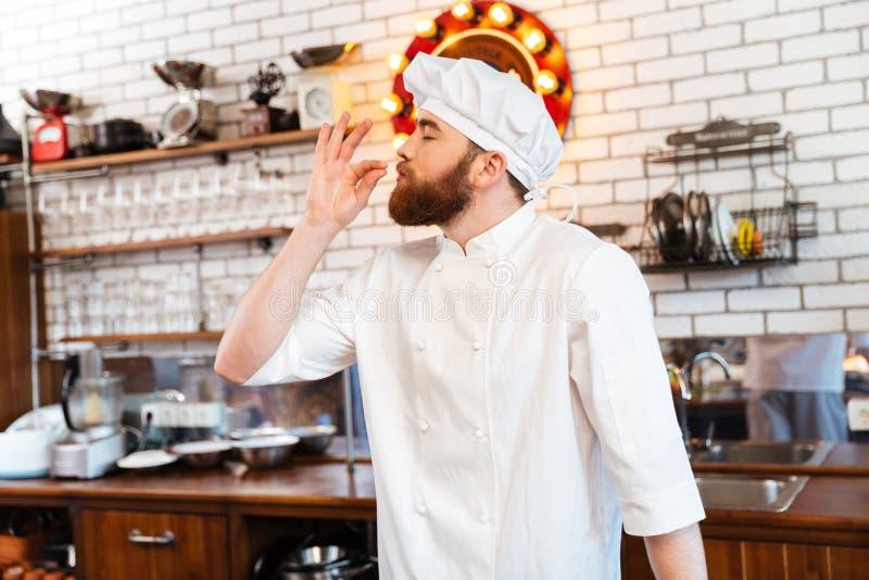 Lycklig inspirerad lukt för kockkockkänsla av smaklig mat arkivbilder