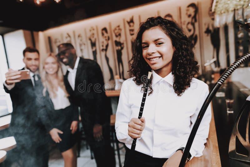 lycklig isolerad man för bakgrund över unga vita kvinnor för folk Röka för flicka hookah Haka-haka royaltyfria foton