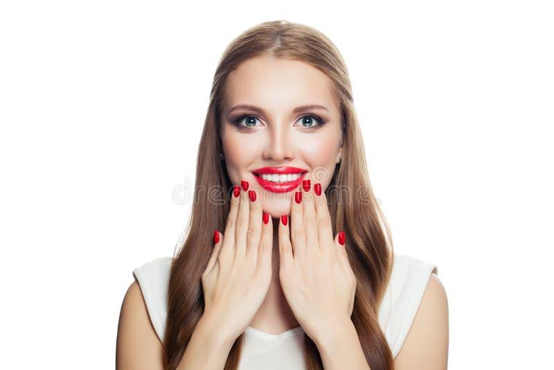 lycklig isolerad vit kvinna för bakgrund Le flickan med röd manikyr och röd kantmakeup, nätt framsida royaltyfri fotografi