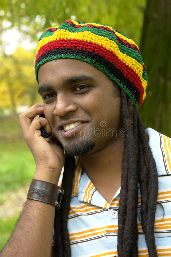 lycklig jamaican telefon royaltyfri fotografi