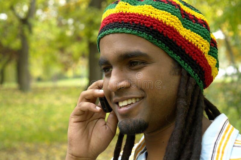 lycklig jamaican telefon royaltyfria foton