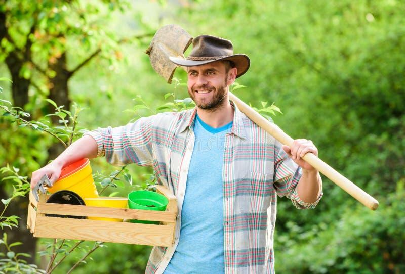 Lycklig jorddag Eco living Eco jordbruksarbetare Muskul?s ranchman f?r sk?rd i cowboyhatt Lantbruk och jordbruk Tr?dg?rd royaltyfri fotografi