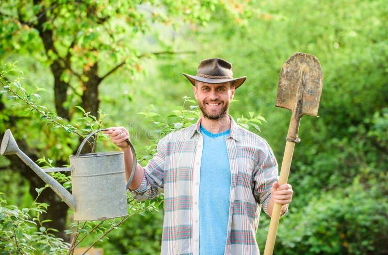 Lycklig jorddag Eco living Eco lantg?rd För bondehållen för skörden kan den sexiga skyffeln och att bevattna Lantbruk och jordbru royaltyfri foto