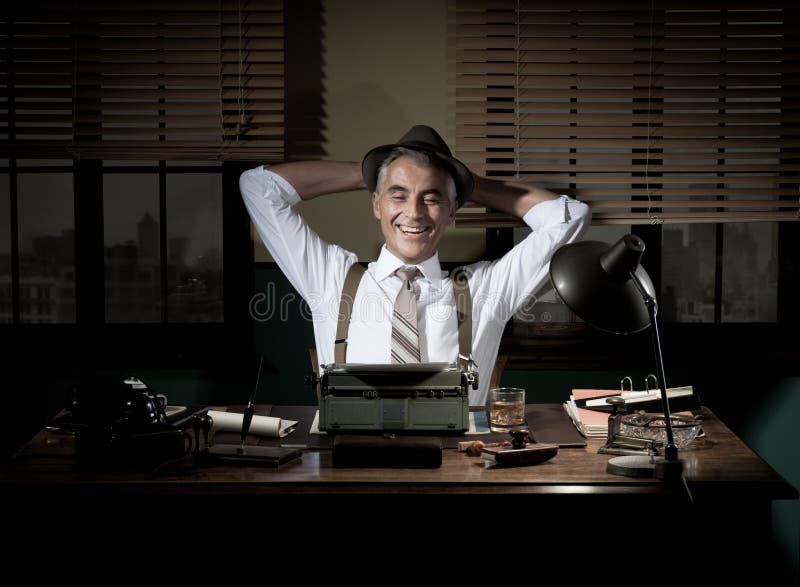 Lycklig journalist som har ett avbrott sent på natten royaltyfri fotografi