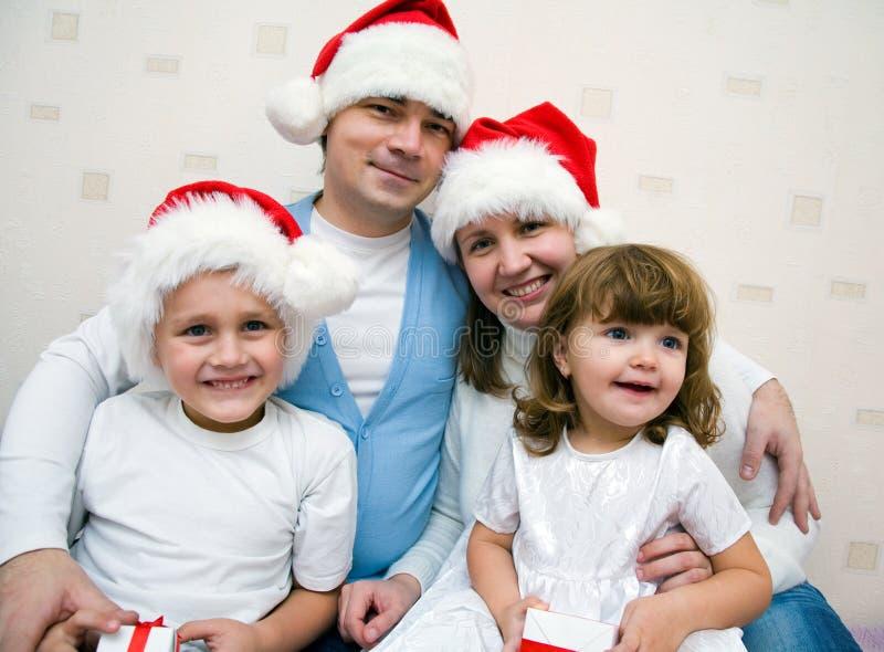 lycklig julfamilj arkivfoto