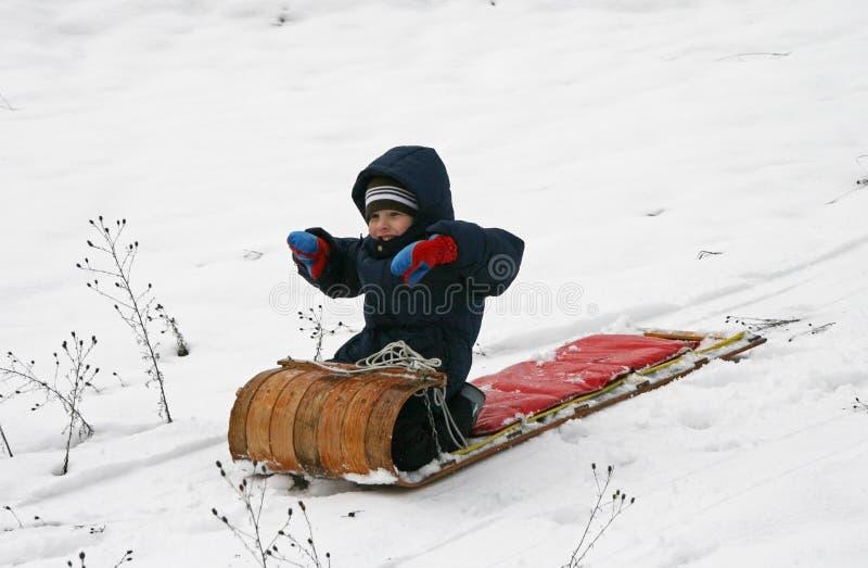 lycklig kälke för pojke royaltyfri foto