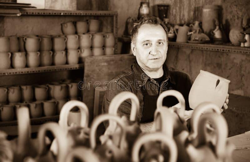 Lycklig keramiker på seminariet royaltyfria foton