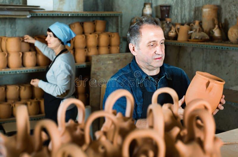 Lycklig keramiker på seminariet fotografering för bildbyråer