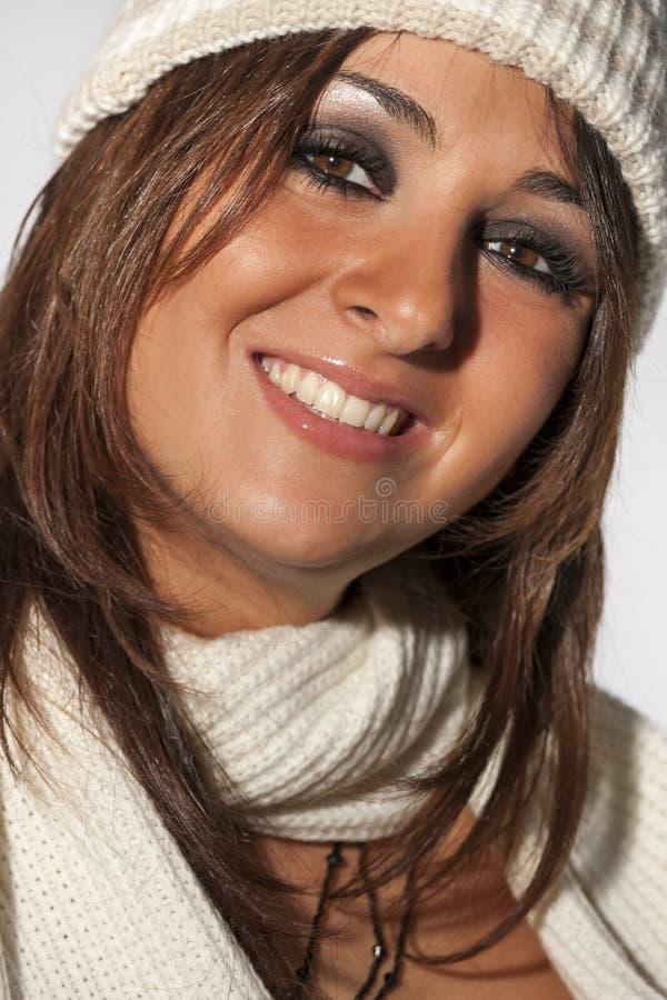 Lycklig kläder för ull för vinter för frisyrmodellkvinna royaltyfri foto