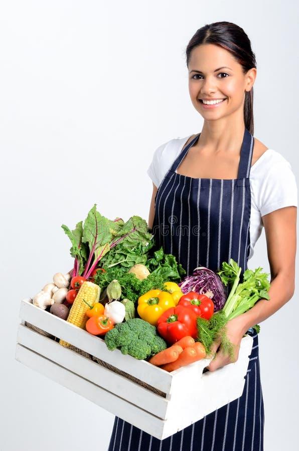 Lycklig kock med ny lokal organisk jordbruksprodukter royaltyfria bilder