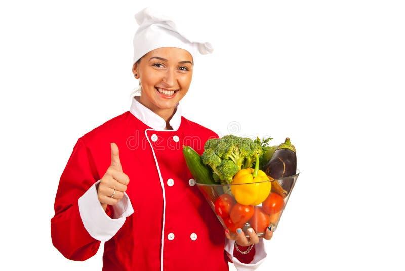 Lycklig kockinnehavbunke med grönsaker royaltyfri bild
