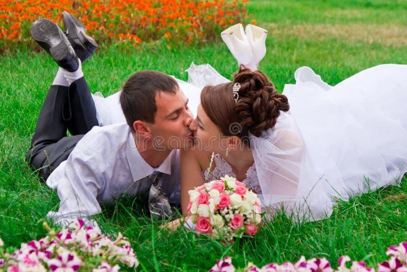 lycklig kssing för brudbrudgum arkivbild