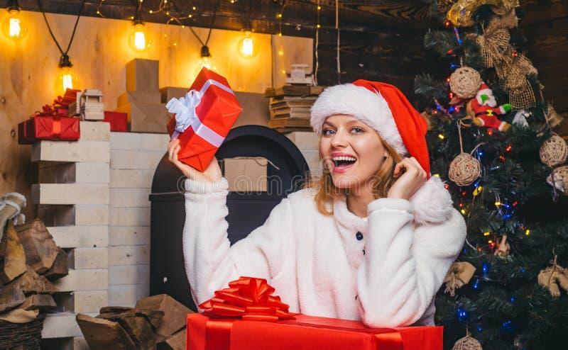 lycklig kvinna barnfadergyckel som har att leka tillsammans Reaktioner för sinnesrörelse för vinterhelgdagsaftonnatt Iklädd blond royaltyfri bild