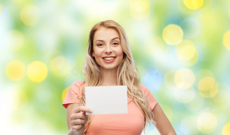 Lycklig kvinna eller tonårig flicka med tom vitbok royaltyfria bilder