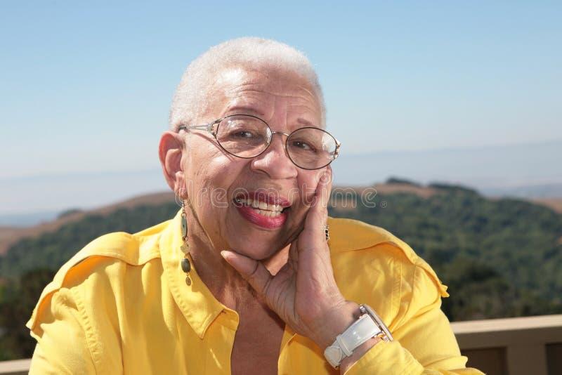 lycklig kvinna för afrikansk amerikan arkivfoton