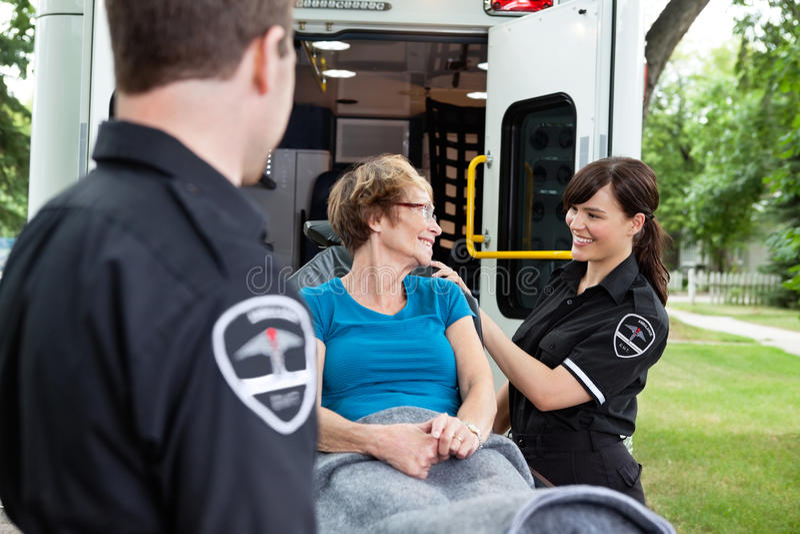 lycklig kvinna för ambulans arkivfoto