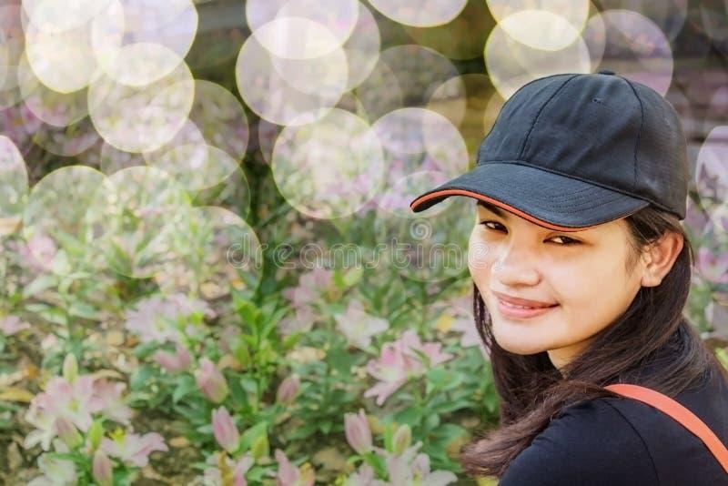 lycklig kvinna för blomma royaltyfria bilder