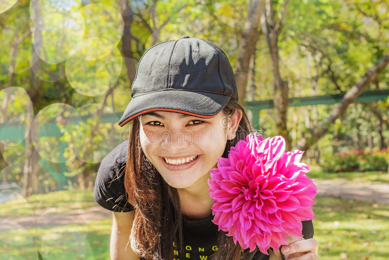 lycklig kvinna för blomma royaltyfri fotografi