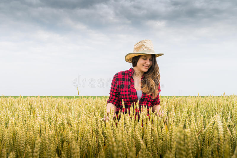 lycklig kvinna för bonde fotografering för bildbyråer