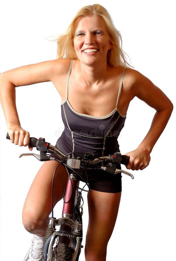 lycklig kvinna för cykel arkivbilder