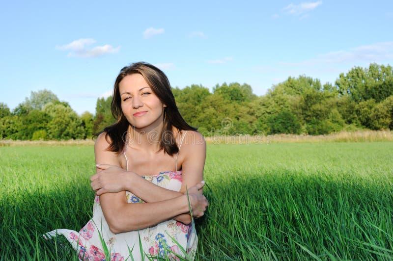 lycklig kvinna för fält arkivbild