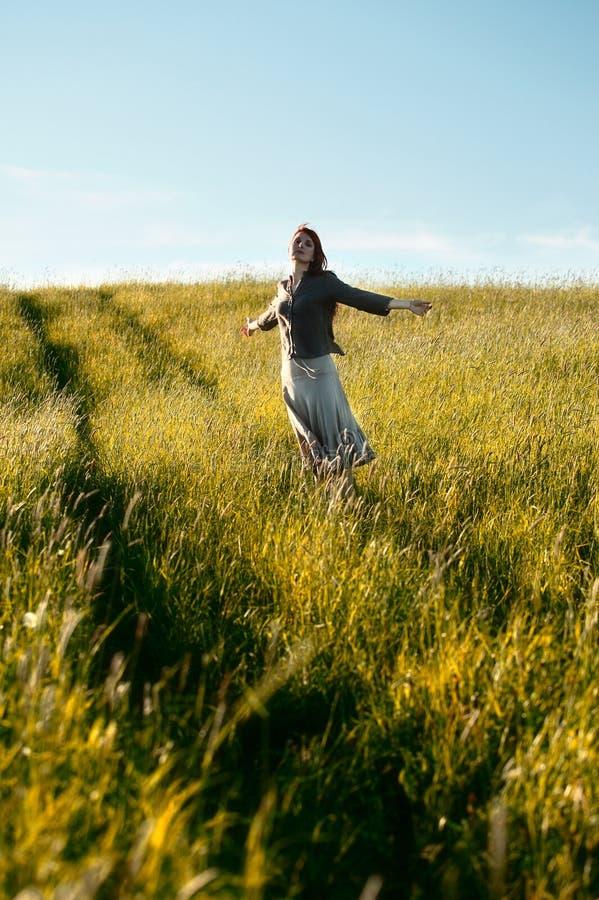 lycklig kvinna för fält fotografering för bildbyråer