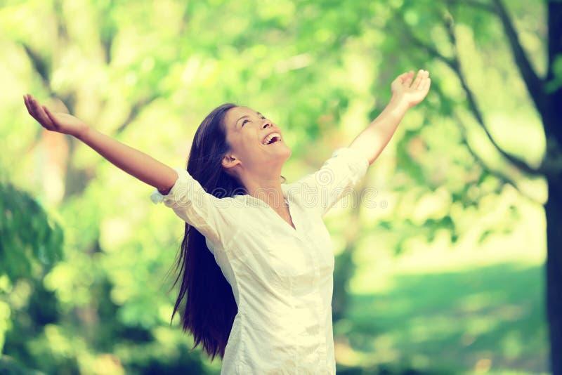 Lycklig kvinna för frihet som fritt känner sig i naturluft arkivfoto