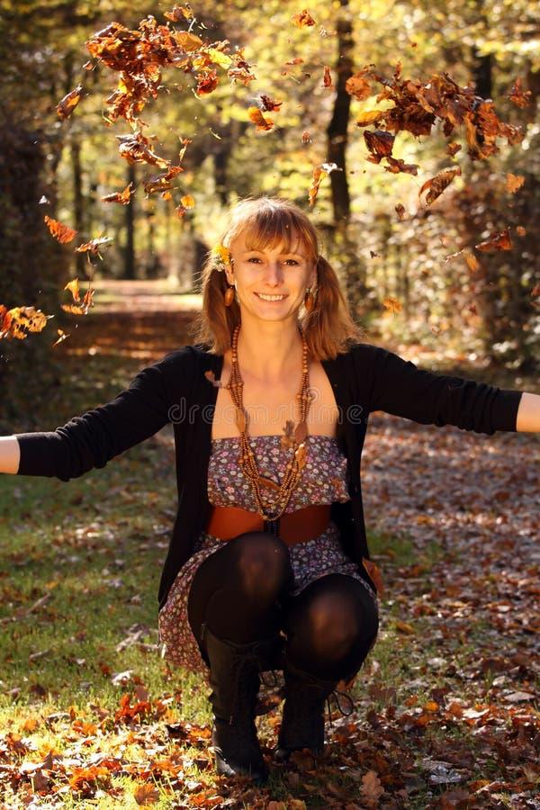 lycklig kvinna för höst royaltyfri fotografi
