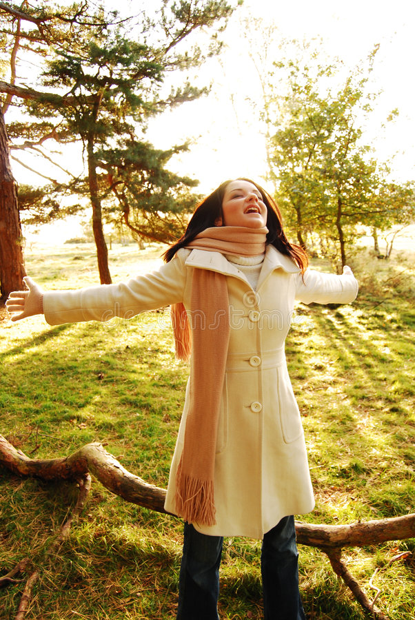 lycklig kvinna för höst royaltyfri bild