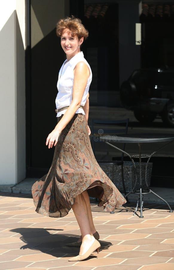 lycklig kvinna för stad royaltyfri bild