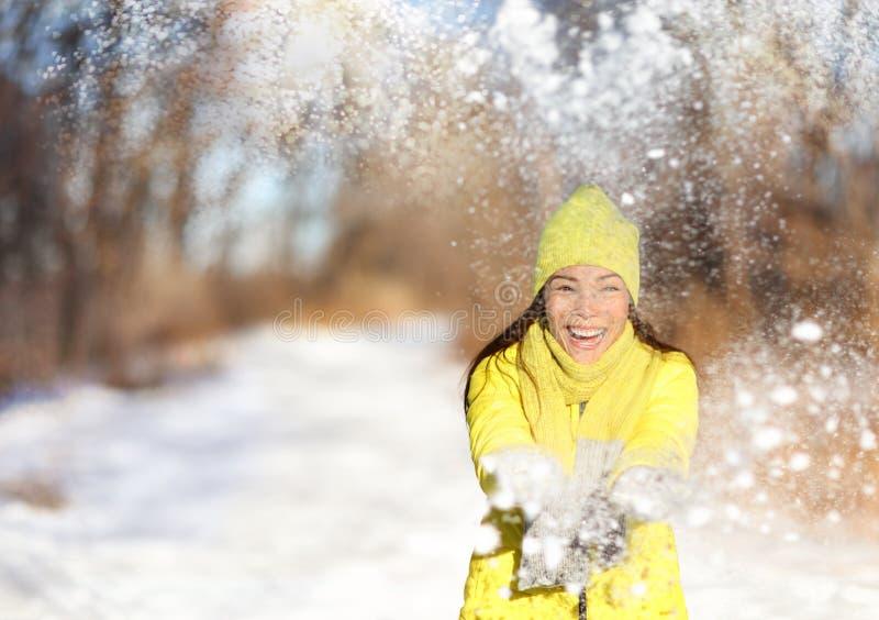 Lycklig kvinna för vintersnökamp som har den roliga yttersidan royaltyfri fotografi