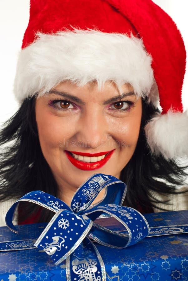 lycklig kvinna för julgåva arkivbilder