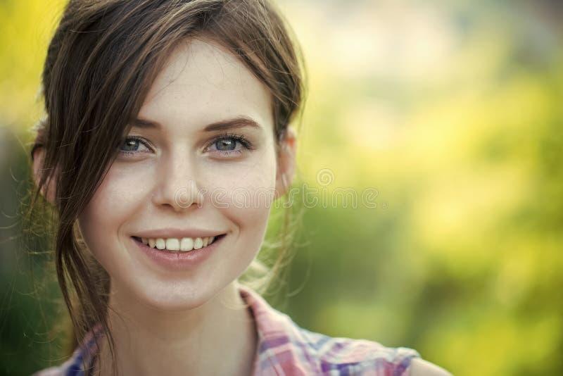 lycklig kvinna Lycklig flicka med brunetthår, frisyr, utomhus royaltyfria foton