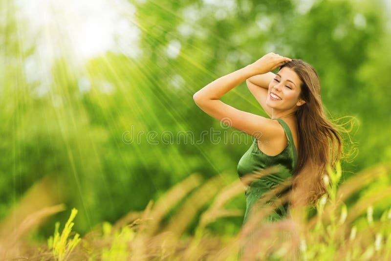 Lycklig kvinna, härlig aktiv fri flicka på utomhus- sommargräsplan royaltyfri bild