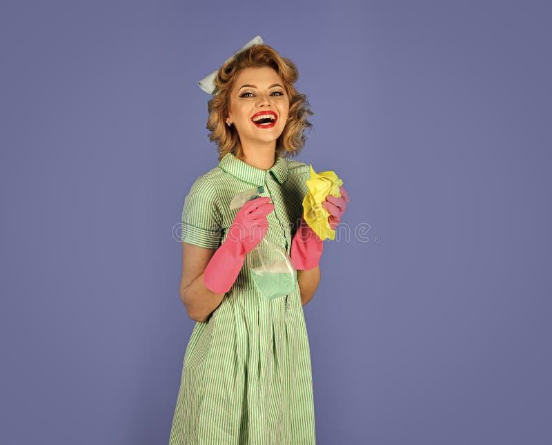 lycklig kvinna Hemmafrufransmanhembiträde arkivbilder