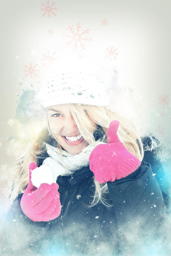 Lycklig kvinna i boll för snöinnehavsnö i handen för att kasta snöboll arkivfoto