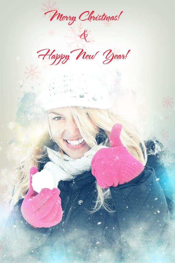 Lycklig kvinna i boll för snöinnehavsnö i handen för att kasta snöboll royaltyfria bilder