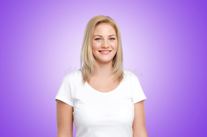 Lycklig kvinna i den vita t-skjortan över ultraviolet royaltyfri bild