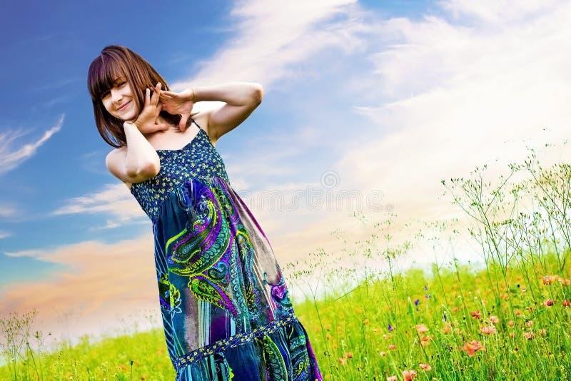 Lycklig kvinna i en äng arkivbilder