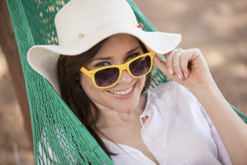 Lycklig kvinna i en hängmatta arkivfoton