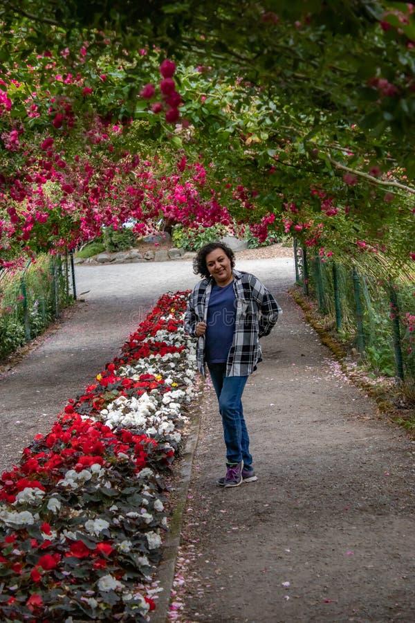 Lycklig kvinna i en rostunnel royaltyfri fotografi