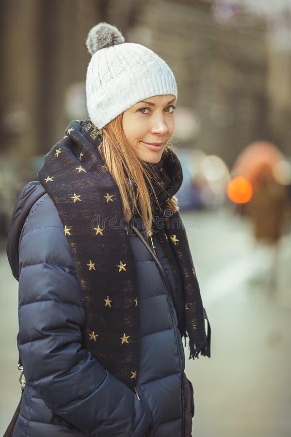 Lycklig kvinna i gatan med vinterkläder Halsduk med stjärnor arkivfoto