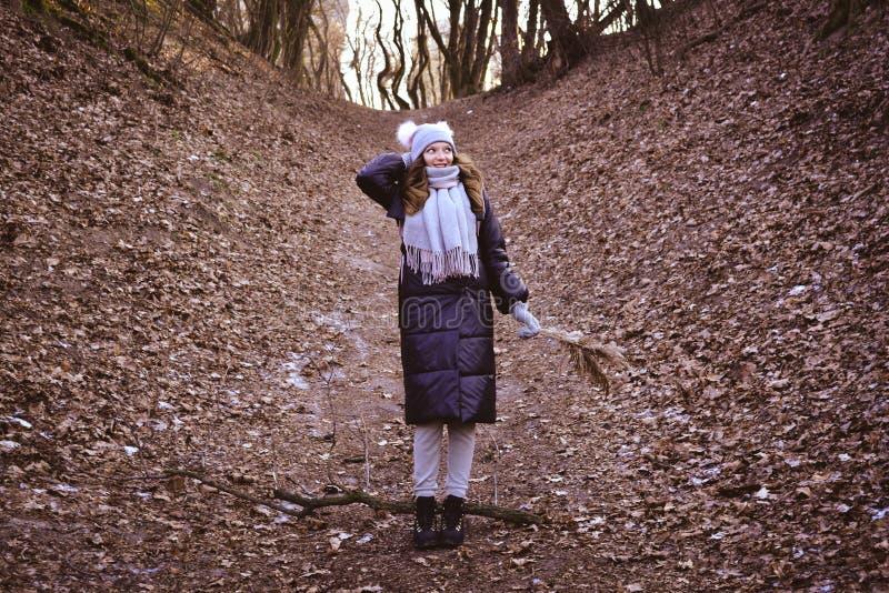 Lycklig kvinna i höstskogen arkivbilder