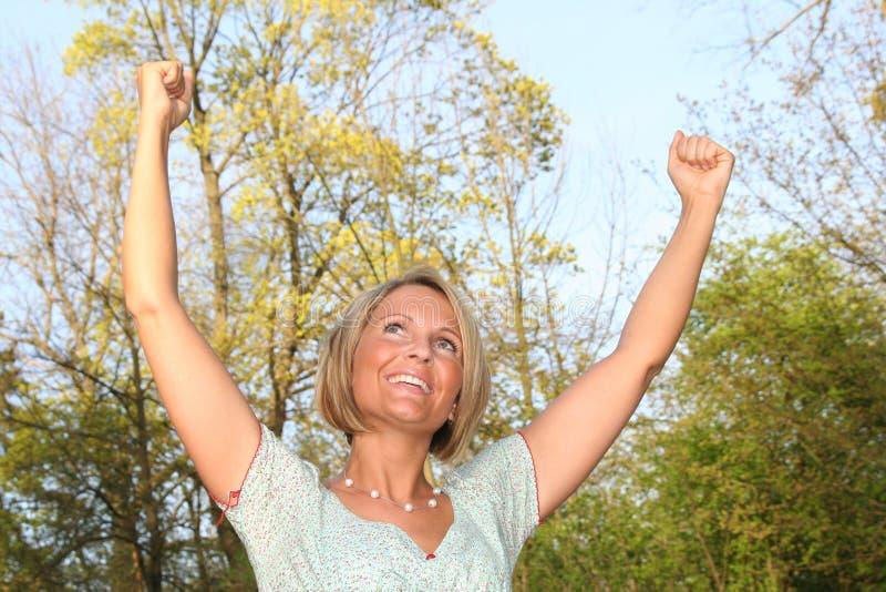 Lycklig kvinna i natur arkivfoto