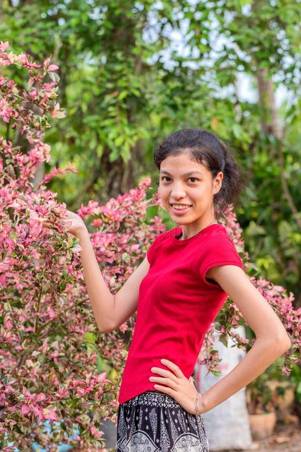 Lycklig kvinna i park royaltyfri bild