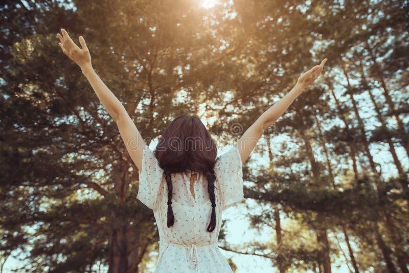 Lycklig kvinna i skog som tycker om naturen Stående det fria för flicka in arkivbilder