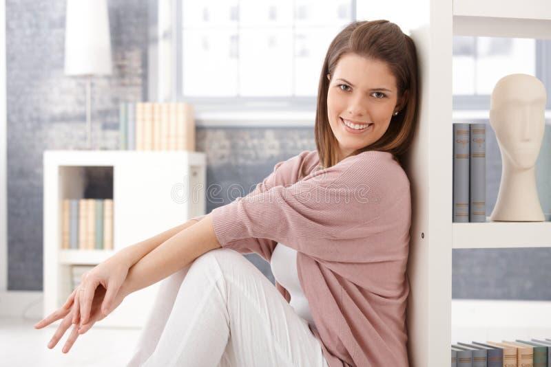 Lycklig kvinna i smart vardagsrum royaltyfria foton