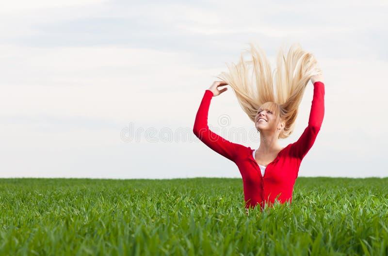 Lycklig kvinna i sommar royaltyfri foto