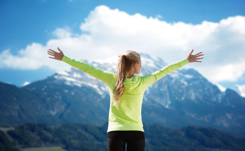 Lycklig kvinna i sportswear som tycker om solen och frihet royaltyfri fotografi